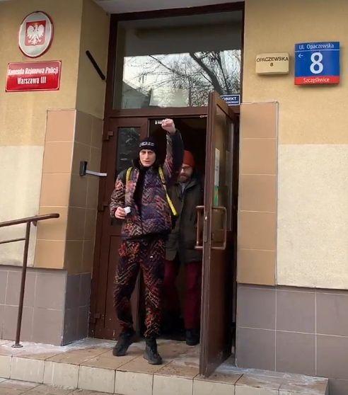 Kali wychodzący z Komendy Rejonowej Policji (fot. Instagram)