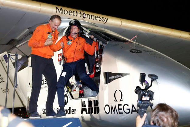 Bertrand Piccard opuszcza samolot