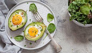 Jajko zapiekane w awokado. Trzy składniki i śniadanie gotowe