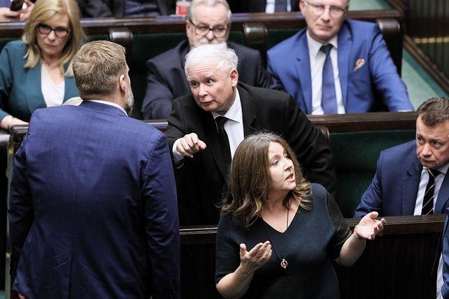 Joanna Lichocka i wulgarny gest do opozycji. Adrian Zandberg upomina prezesa PiS, Jarosław Kaczyński mówi o... Pucku