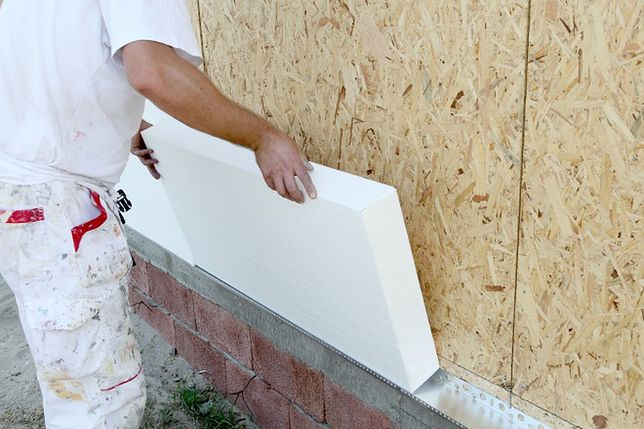 Pomysły na letni remont domu: ocieplenie elewacji, nowe posadzki na tarasie i balkonie
