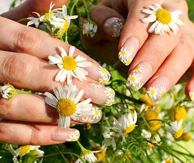 Daisy nails manicure - trendy manicure na lato 2020.