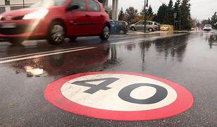 Chotomów koło Warszawy. Prywatny fotoradar nadal mierzy prędkość aut.  W kilka dni zarejestrował prawie 40 tys. wykroczeń.