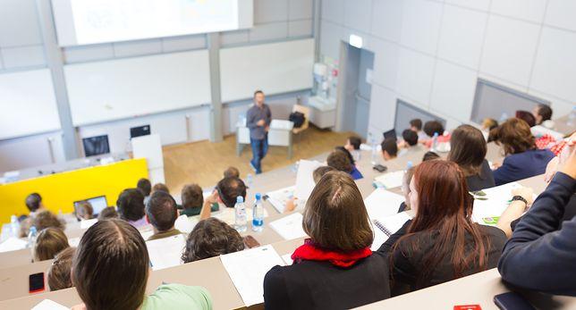 Warszawska uczelnia najpierw ogłosiła nagle przeprowadzkę do szarego bloku, potem powiedziała, że nie otworzy roku akademickiego
