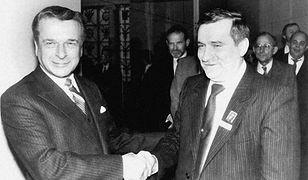 Czesław Kiszczak i Lech Wałęsa przed rozmowami przy Okrągłym Stole w czerwcu 1989 r.