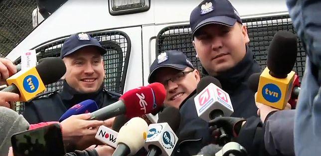 """Mateusz K., pseudonim """"Kulson"""", (z prawej) podczas konferencji prasowej zwołanej przez Policję"""
