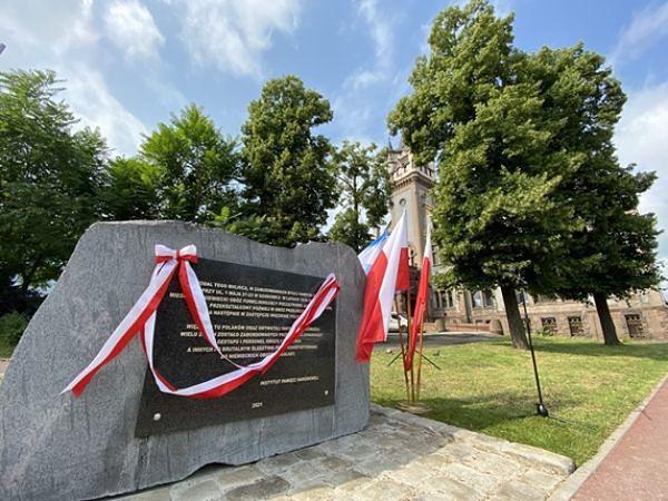 Śląskie. Obelisk z tablicą, upamiętniające więźniów dawnego niemieckiego obozu i więzienia w Sosnowcu znajduje się przy ulicy 1 Maja.