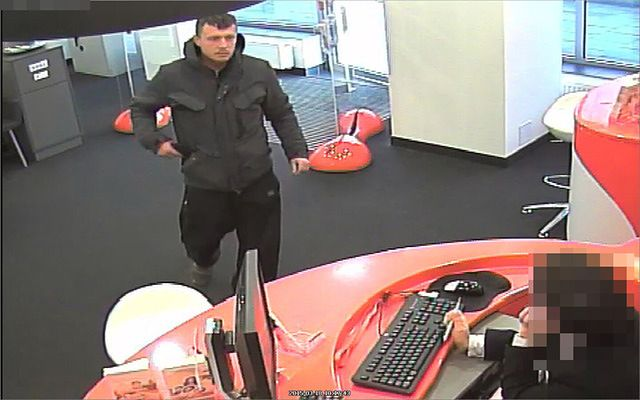 Napadł na bank. Szuka go policja - zdjęcia