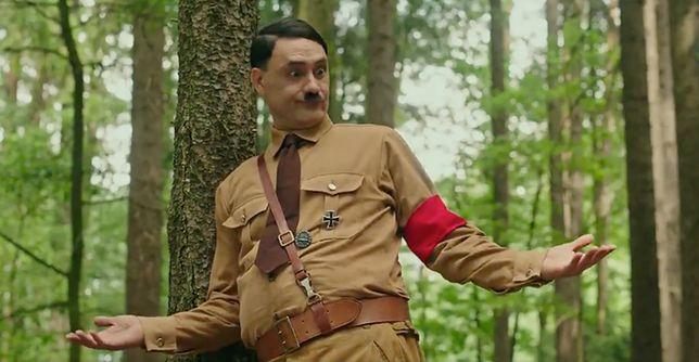 """""""Jojo Rabbit"""". Taika Waititi jako Adolf Hitler w najnowszym teaserze komedii"""