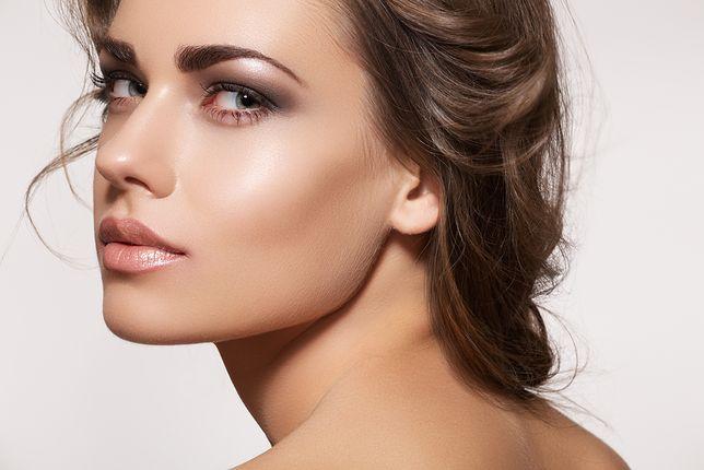 Rozświetlający makijaż szybko przywróci skórze blask