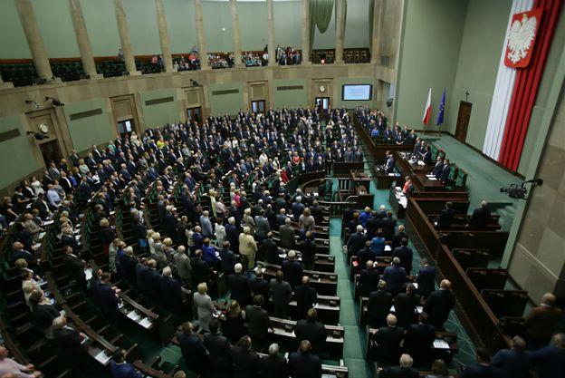 Najnowszy sondaż: PiS będzie rządzić samodzielnie, pięć partii w Sejmie