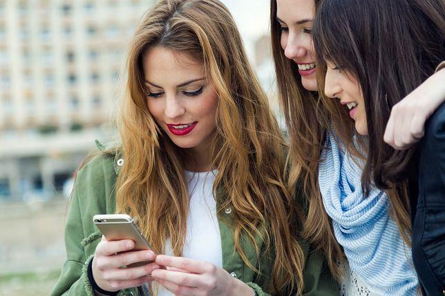 Podwójny podbródek, pomarszczona szyja, zgarbione plecy. Jak wygląda pokolenie smartfonów?