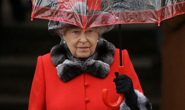 """Królowa Elżbieta obejrzała serial """"The Crown"""". Jedna scena ją oburzyła"""