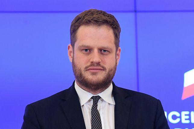 """Koronawirus w Polsce. Janusz Cieszyński: Ministerstwo Zdrowia składa sprostowanie do """"GW"""""""