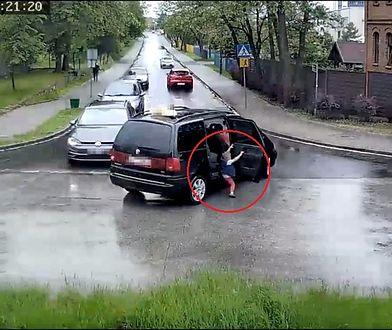 Dziecko o mały włos uniknęło przejechania przez auto, z którego wypadło