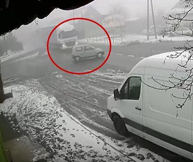 Makabryczny wypadek. Mężczyzna wjechał wprost pod ciężarówkę