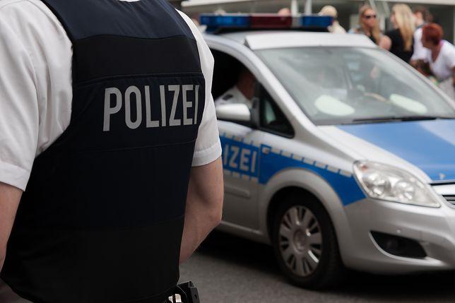 niemiecki policjant i radiowóz