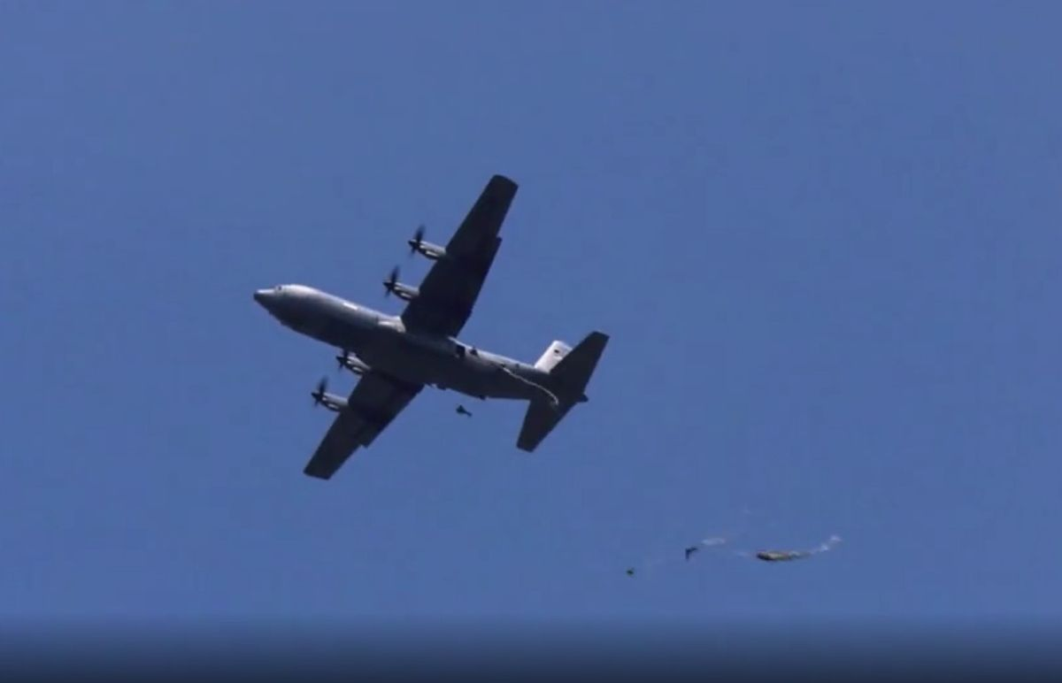 Moment desantu z samolotu Hercules C-130