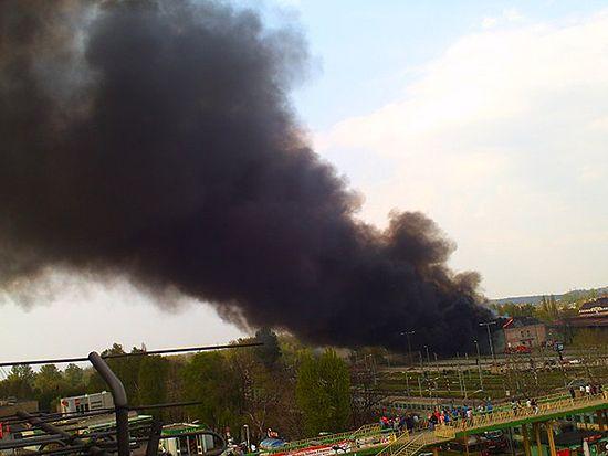 Czarny dym nad miastem - płonie magazyn kolei