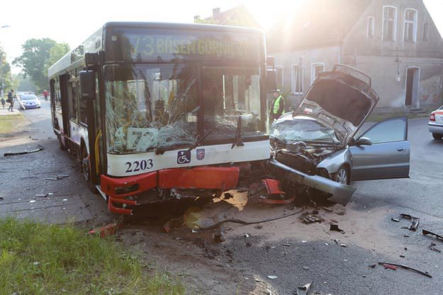 Zderzeniu dwóch samochodów z autobusem MZK w Szczecinie. Są ranni