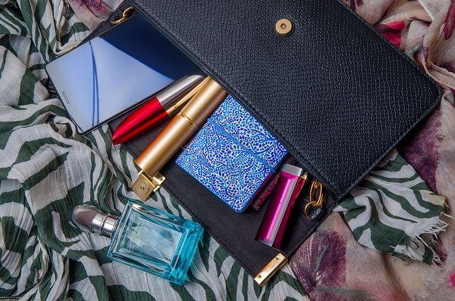 Do dużej kosmetyczki zmieszczą się też butelki z ulubionymi perfumami