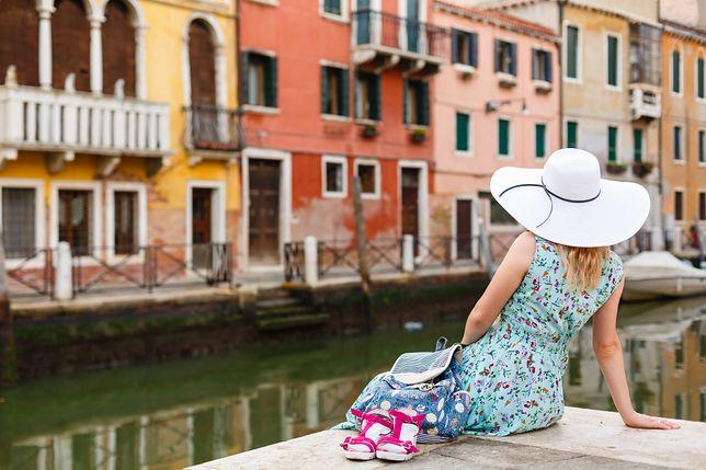 Włochy: Wenecja zakaże siadania na chodnikach i schodach