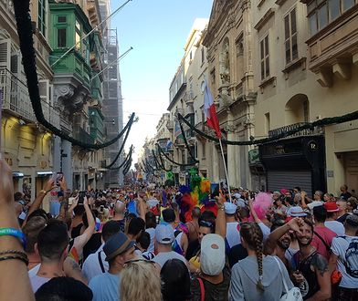 Uczestnicy Malta Pride. Z tęczowymi chorągiewkami, ubrani we wszystkie możliwe kolory i roześmiani