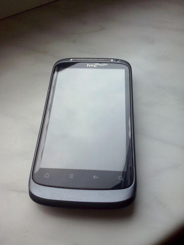 HTC Desire S - front telefonu z naklejoną folią.