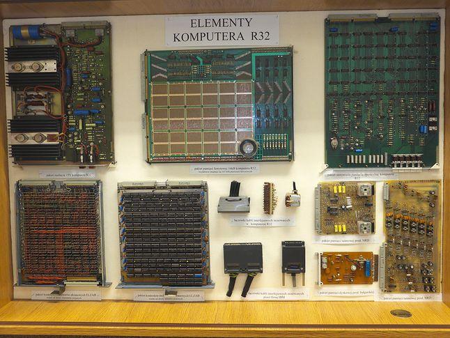 Elementy R-32. Od góry: pakiet zasilania +5V, pakiet pamięci ferrytowej, pakiet kontrolera pamięci. Rząd dolny: 2 pakiety kontrolerów monitorów, interfejsy (u góry R-32 na dole IBM 360), kontrolery pamięci taśmowej i dyskowej. (Politechnika Wrocławska)