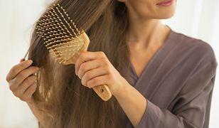 Woda brzozowa z powodzeniem stosowana jest jako środek pielęgnujący włosy.