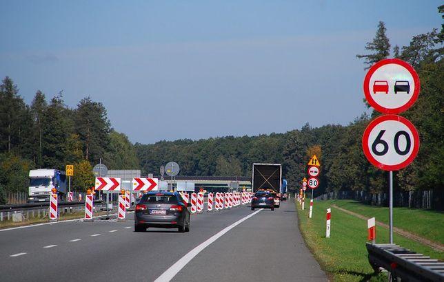 Remonty na autostradach oznaczają zwężenia pasów ruchu.