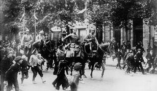 """Maria Rodziewiczówna w reportażu """"Lato 1915"""" pokazała inną stronę I wojny światowej. Na zdjęciu wkroczenie kawalerii niemieckiej do Warszawy 5 sierpnia 1915."""