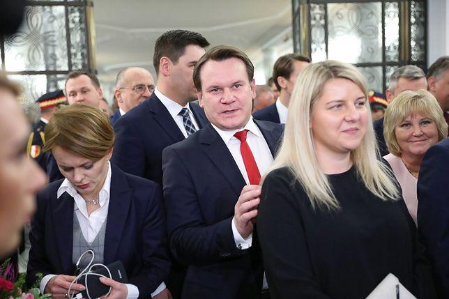 Dominik Tarczyński na razie działa w polskim Sejmie