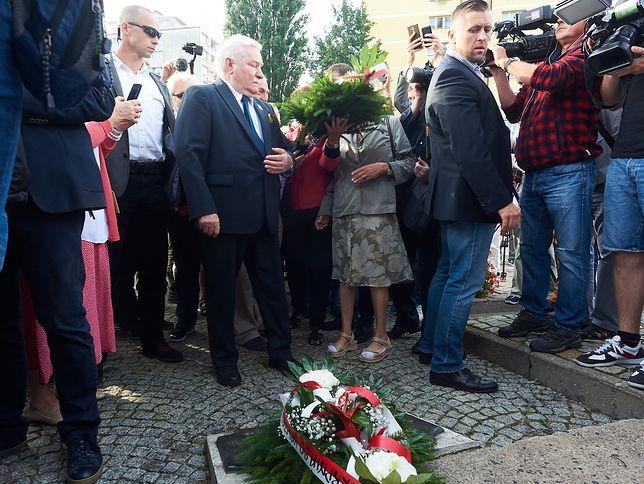 Lech Wałęsa składa kwiaty przed Pomnikiem Stoczniowca