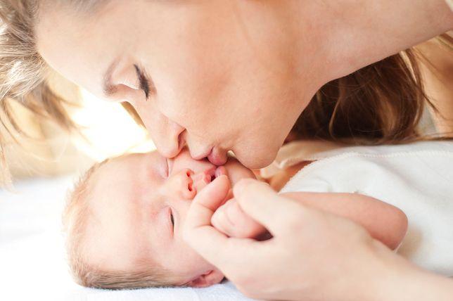 Poprzez niewinny pocałunek w usta może dojść do zakażenia groźnymi dla dziecka chorobami.