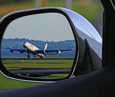 Co dwa tygodnie pojawiają się nowe rozporządzenia regulujące zakaz lotów.