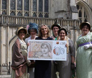 Prezentacja banknotu przed katedrą w Winchester, gdzie pochowana jest Jane Austen.