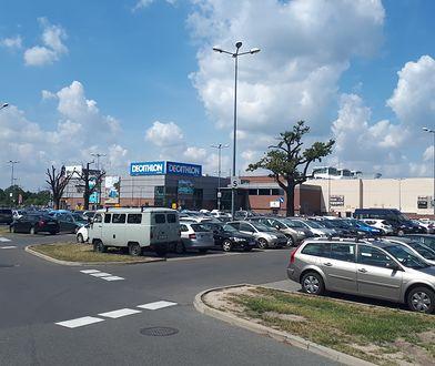 Na parkingu pod centrum handlowym Magnolia we Wrocławiu parkują głównie pracownicy pobliskich biurowców. Ale galerii to nie przeszkadza