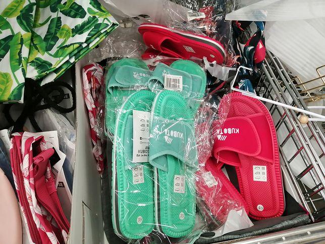 Poza standardowymi kolorami - czarnym i granatowym - dostaniemy też klapki w kolorze miętowym i czerwonym.