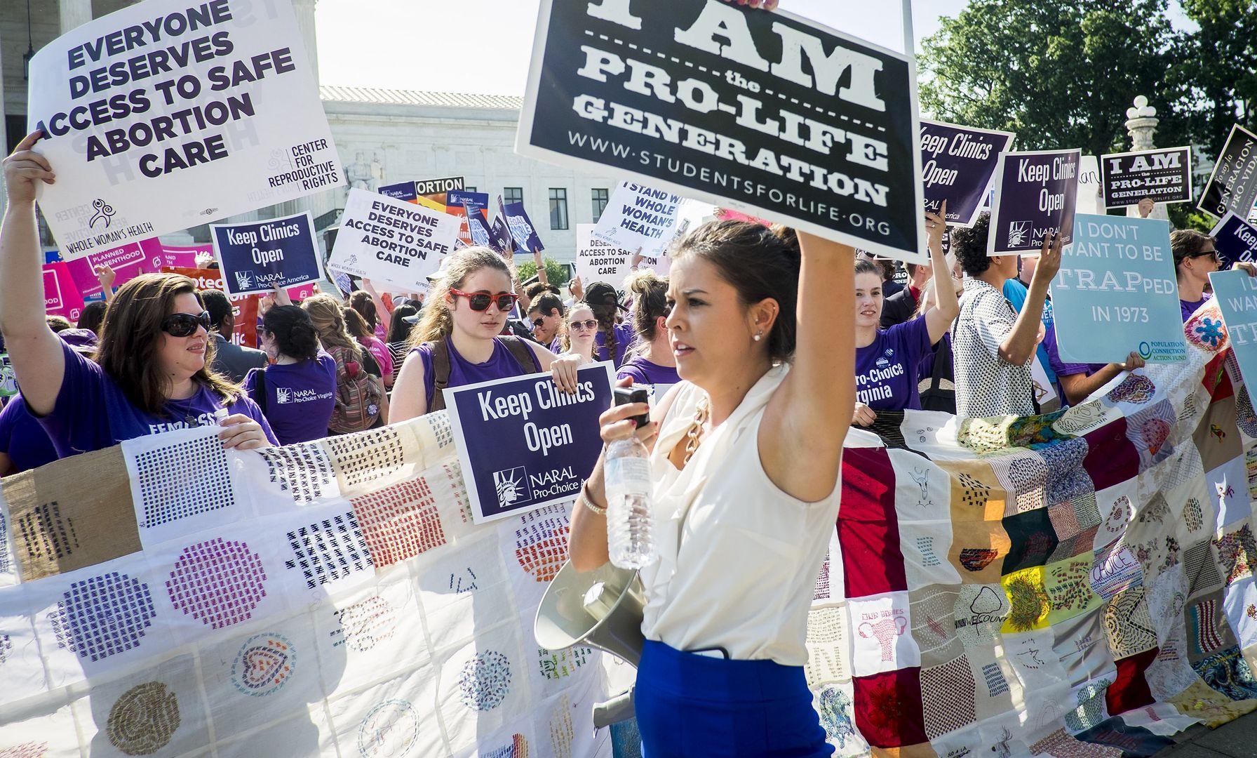 27.06.2021 r.: demonstracje pro-choice i pro-life na schodach amerykańskiego Sądu Najwyższego. 1 września w Teksasie weszło w życie prawo praktycznie zakazujące całkowicie aborcji