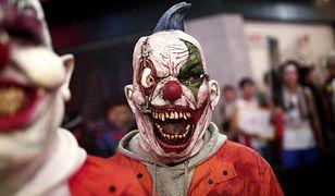 Człowiek w masce klauna podczas tegorocznego Halloween w stolicy Japonii, Tokyo