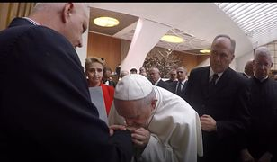 20 lutego 2019 r., Watykan. Papież Franciszek całuje dłoń Marka Lisińskiego, który jako dziecko padł ofiarą księdza pedofila