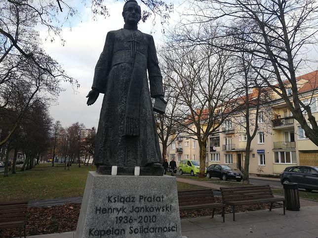 Pomnik ks. Jankowskiego na skwerze jego imienia