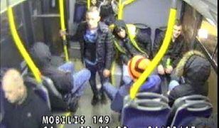 20-latkowie dotkliwie pobili mężczyznę w autobusie. Mamy ich zdjęcia