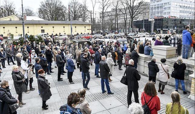 Przed Bazyliką Archikatedralną Św. Stanisława Kostki w Łodzi zgromadzili się ludzie.