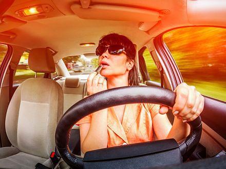Straż miejska do kobiet: Nie malujcie się za kierownicą