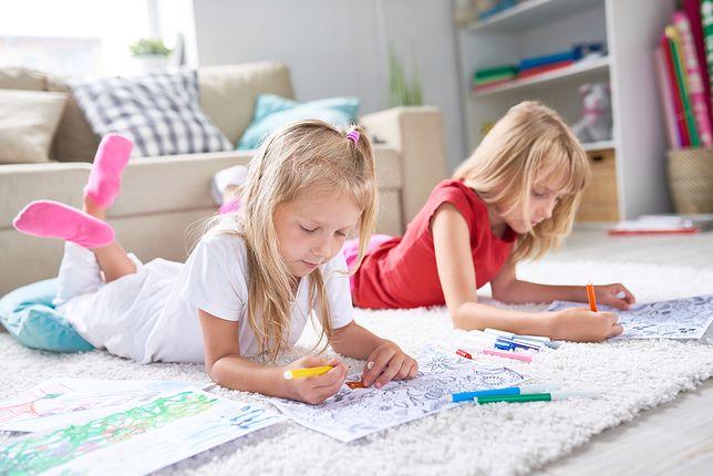 Zabawy dla dzieci w domu pozwalają 7-latkom odpocząć od obowiązków szkolnych, a jednocześnie rozwijają wiele umiejętności