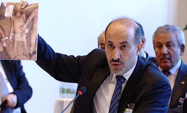 Ahmad Dżarba pokazuje zdjęcie torturowanych opozycjonistów
