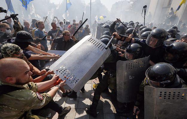 Zamieszki przed parlamentem Ukrainy w Kijowie. Są ranni i co najmniej jeden zabity