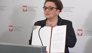 """Minister edukacji narodowej Anna Zalewska podczas konferencji prasowej """"Deklaracja na rzecz edukacji przyszłości"""". Luty 2019 roku."""